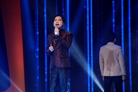 Lần đầu tiên, Ngọc Sơn được các nghệ sĩ tham gia chương trình thay phiên nhau đánh giá, chấm điểm.