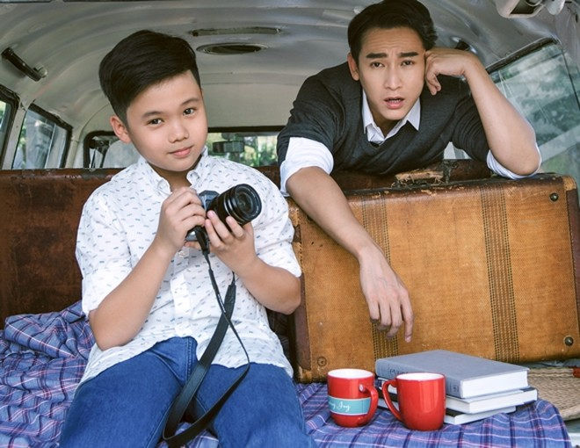 """Trải qua 24 ngày quay trong phim """"Chạy đi rồi tính"""", Hứa Vĩ Văn và Trọng Khang trở nên thân thiết, cả hai gọi nhau là """"ba - con""""."""