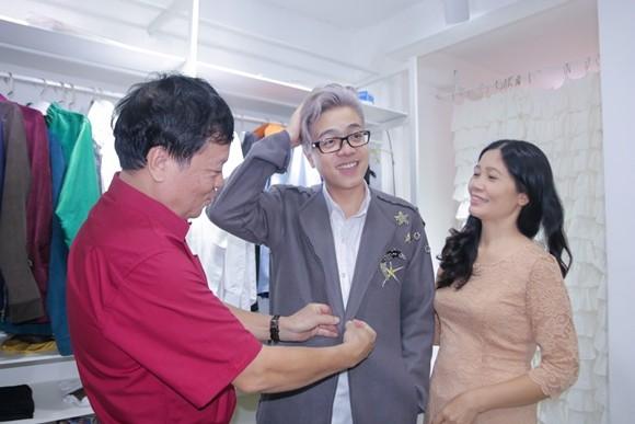 Trong khoảng thời gian này, ba mẹ của Bùi Anh Tuấn luôn kề cạnh để hỗ trợ, giúp đỡ cho quý tử của mình