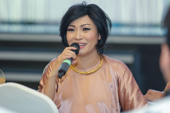 """Ca sĩ Phương Thanh gây chú ý trong buổi gặp gỡ khi diện bộ áo dài nền nã và """"quậy tưng"""" với nhiều câu nói """"chặt chém"""" hài hước"""