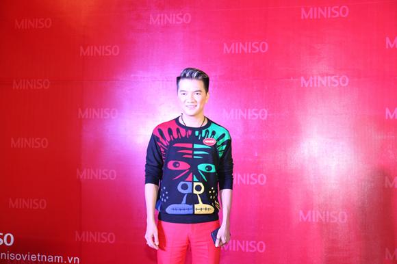 Đàm Vĩnh Hưng xuất hiện giản dị với áo thun, quần tây. Anh luôn tươi cười khi chụp ảnh cùng các khách mời khác và người hâm mộ.