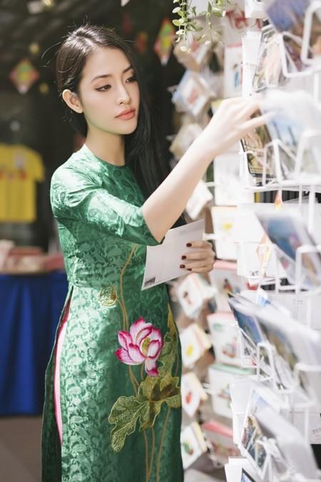 Mai Thu Huyền cùng Mai Hồ diện áo dài cách tân dạo bước Sài thành