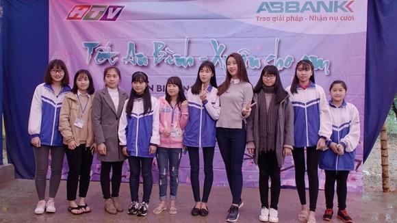 Hoa hậu Mỹ Linh cùng các em học sinh ở Điện Biên