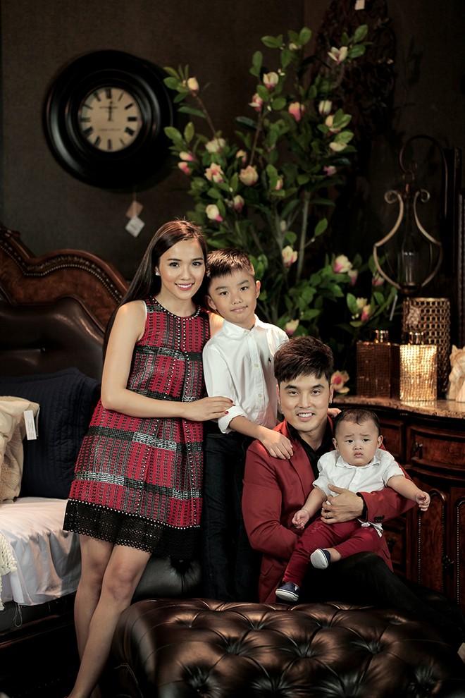 Khoảnh khắc hạnh phúc của gia đình Ưng Hoàng Phúc và các con