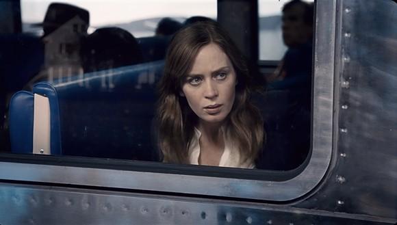 """Trailer đầy ám ảnh với những hồi tưởng của Emily Blunt trong """"Cô gái trên tàu"""""""