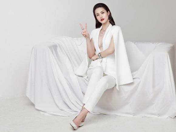 """Đông Nhi """"khoe"""" hình ảnh đội hình đẹp của mình trong """"Giọng hát Việt"""""""