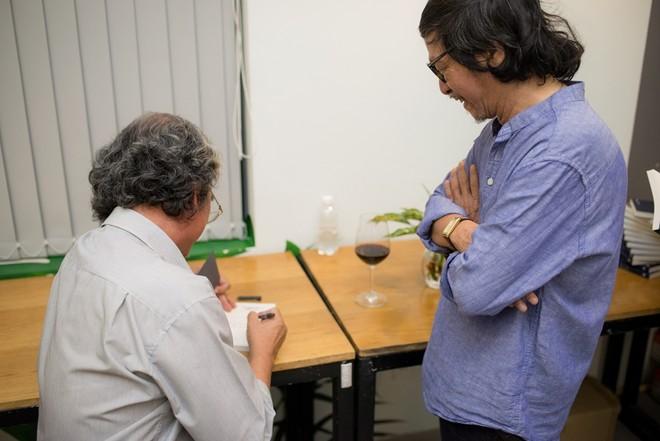 Nhà văn - dịch giả Mai Sơn ký tặng sách cho nhà thơ Đỗ Trung Quân