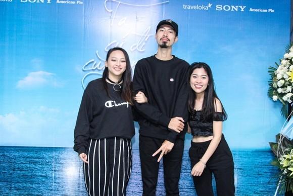 Rapper Kimmese (trái) đến mừng Đen và Linh