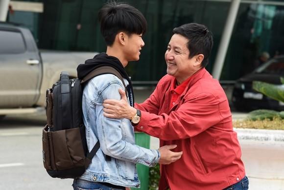 Chí Trung trao quà tặng đầu năm cho hai mẹ con nghèo tại Thanh Hóa