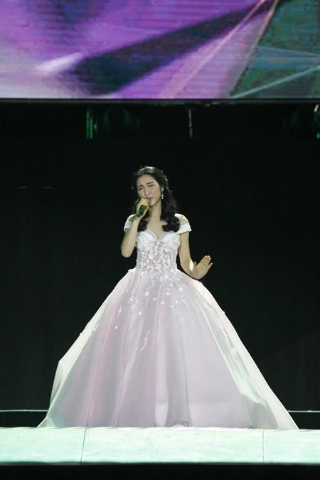 """Sau ba lần nằm ở vị trí đề cử, Hòa Minzy đã đạt được số lượng bình chọn cao từ các phóng viên văn hóa văn nghệ. Trong chương trình tối 12-1, nữ ca sĩ thể hiện ca khúc """"Tìm một nửa cô đơn"""""""