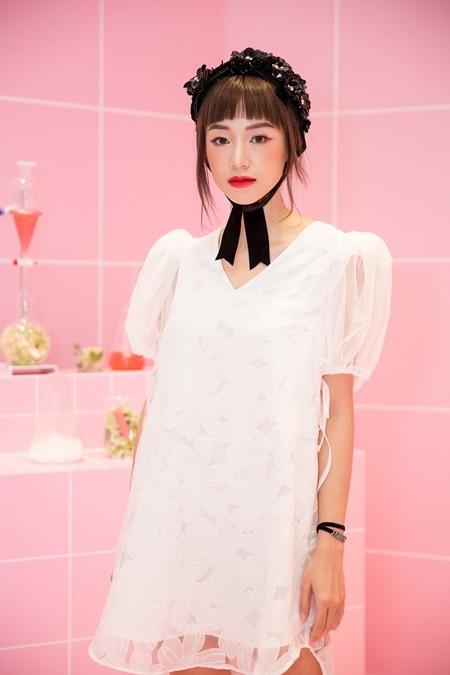 Salim với xu hướng trang điểm của các cô gái Nhật Bản: má hồng đào đậm, môi đỏ để làm nổi bật làn da trắng, thu hút nhiều sự chú ý của những người có mặt trong buổi ra mắt bộ sưu tập son môi Colorlab