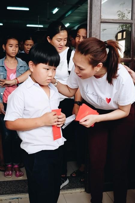 Mỹ Tâm thăm và trao quà nhân mùa vu lan tại Quảng Nam
