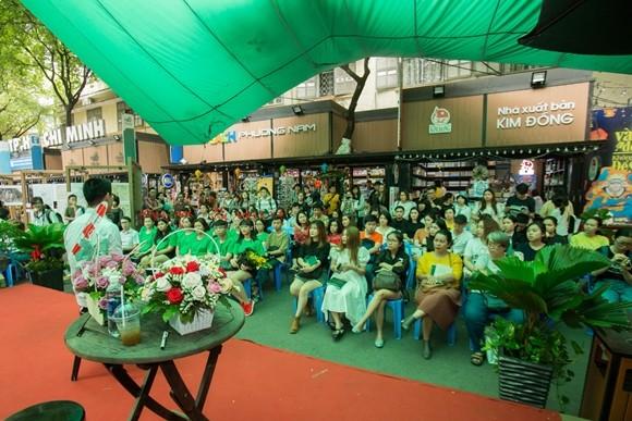 Nhà thơ Nguyễn Phong Việt giao lưu cùng độc giả tại đường sách TP.HCM. Ngày 15-12, Nguyễn Phong Việt sẽ có buổi giao lưu với độc giả tại Hà Nội.