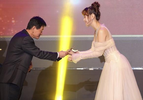 """Minh Hằng nhận giải Nghệ sĩ Châu Á xuất sắc tại """"Mai Vàng"""" của Hàn Quốc ảnh 2"""