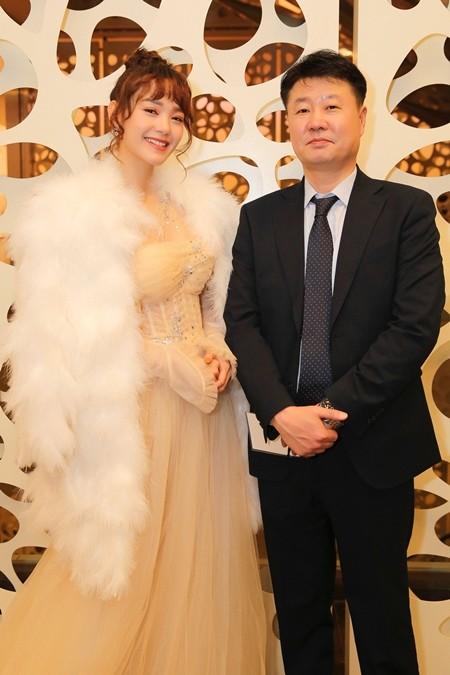 Minh Hằng và ông Jeon Ki Tea