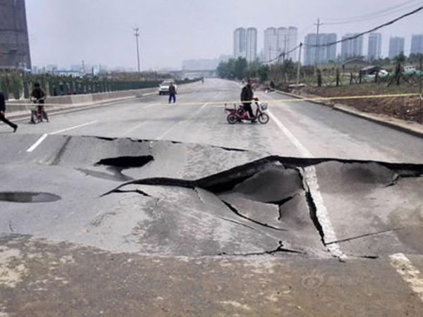 Sụt đường cao tốc chỉ sau một cơn mưa ảnh 1