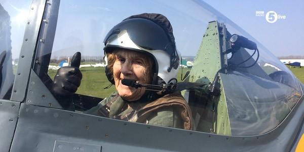 Cụ bà 92 tuổi lái máy bay ảnh 1