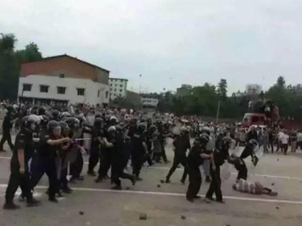 Người dân biểu tình đòi xây đường sắt cao tốc ảnh 1