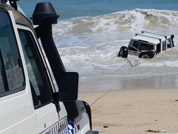 Bị cảnh sát truy đuổi, lái xe lao xuống biển ảnh 1