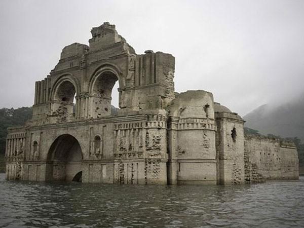 Hạn hán lộ ra nhà thờ 451 tuổi dưới lòng hồ ảnh 1