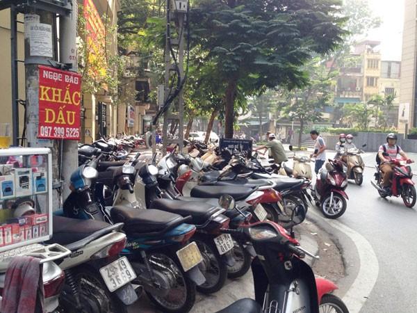 Bát nháo dịch vụ trông giữ xe quanh trung tâm thương mại Vincom ảnh 3