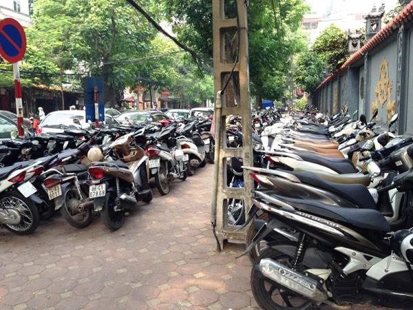 Bát nháo dịch vụ trông giữ xe quanh trung tâm thương mại Vincom ảnh 1