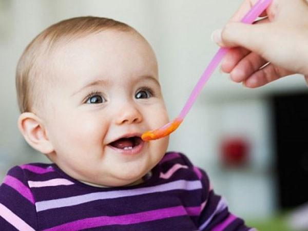 Trẻ ăn dặm khi 4-6 tháng chống dị ứng thực phẩm ảnh 1