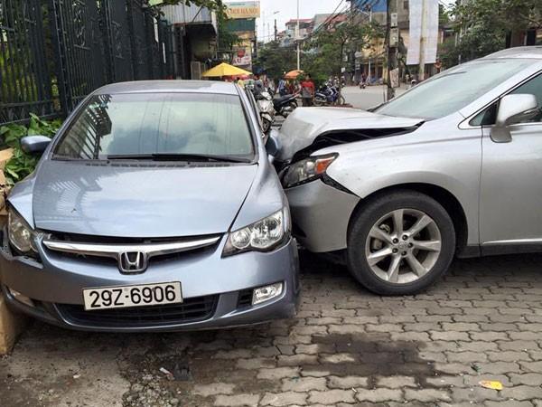Nữ tài xế Lexus tăng ga dúi Honda Civic dính tường ảnh 1