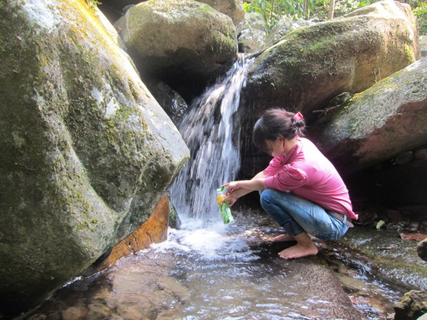 Uống nước suối thiêng Giải Oan, khỏi bệnh đau đầu? ảnh 1