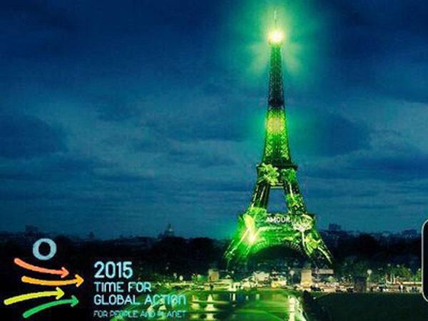 Tháp Eiffel bất ngờ chuyển màu xanh ảnh 1