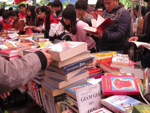 Sách và chợ ảnh 1