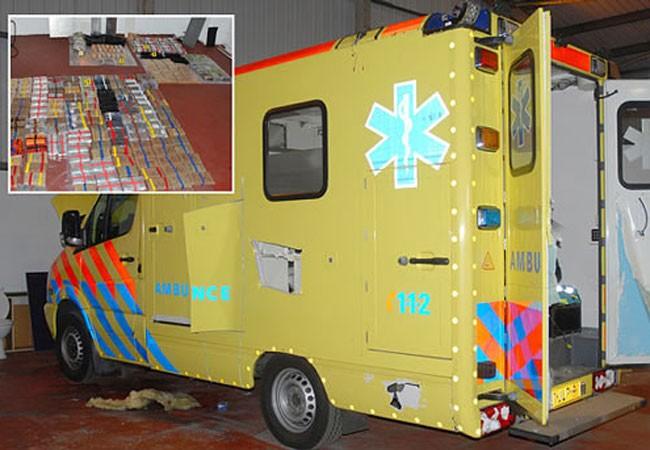 Đội lốt xe cứu thương vận chuyển ma túy ảnh 1