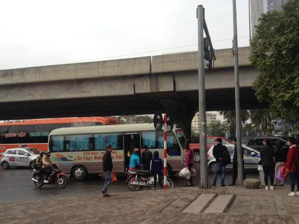 """Xử lý xe khách """"rùa bò"""" quanh Bến xe Mỹ Đình (1): Sáng xử phạt, chiều tái phạm ảnh 1"""