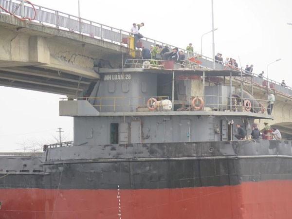 Tàu trọng tải lớn đâm hỏng cầu An Thái (Hải Dương): Dân phải qua sông bằng phà, đò hoặc đi vòng ảnh 1