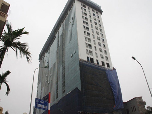 Hiện UBND phường Điện Biên đang thực hiện cưỡng chế phá dỡ phần sai phạm tại 8B Lê Trực sau khi chủ đầu tư tự phá dỡ không đạt yêu cầu về tiến độ. Ảnh: Võ Hải