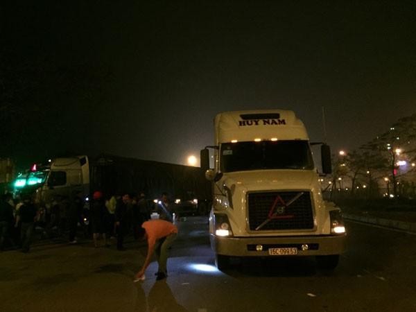 Va chạm với xe tải, bị xe container đâm tử vong ảnh 1