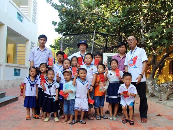 Thầy hiệu trưởng Phạm Trung Việt (SN 1984, bìa trái) là người phụ trách chung, dạy văn hóa cho học sinh từ lớp 2 đến lớp 5 trên đảo