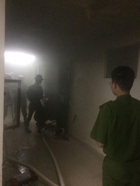 Lực lượng CS PCCC phá cửa nhà để cứu người mắc kẹt trong đám khói