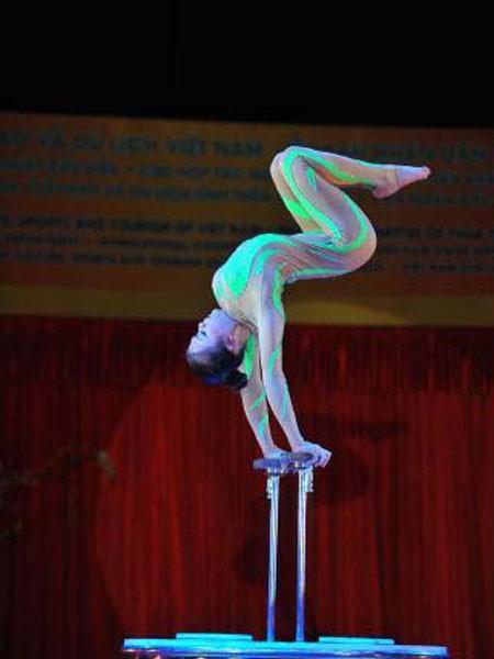"""Tiết mục """"Thăng bằng trên không"""" do nghệ sĩ trường Trung cấp nghệ thuật Xiếc và Tạp kỹ Việt Nam biểu diễn - Ảnh: Minh Đức"""