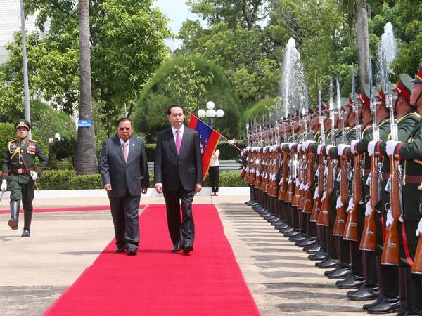 Chủ tịch nước Trần Đại Quang và Tổng Bí thư, Chủ tịch nước Lào Bounnhang Volachith duyệt đội Danh dự Quân đội Nhân dân Lào