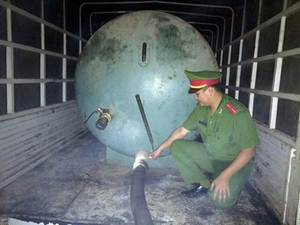 Hành vi xả thải hơn 6,3 tấn chất bẩn xuống sông Công của lái xe Nguyễn Văn Quang bị lực lượng chức năng bắt quả tang