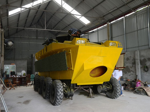 Người thợ cơ khí chế tạo xe bọc thép