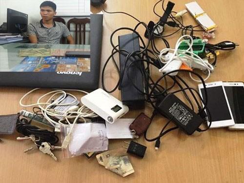 """Đối tượng và tang vật vụ án liên quan đến tội phạm """"ngoại"""" sử dụng công nghệ cao rút tiền từ """"cây"""" ATM"""