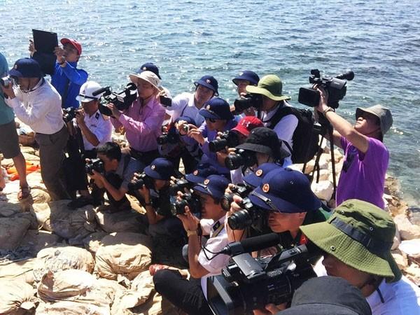 Các phóng viên tác nghiệp tại lễ khởi công xây dựng Nhà văn hóa đa năng trên đảo Tiên Nữ