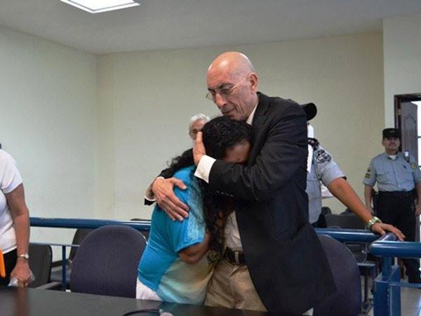 Maria Teresa Rivera xúc động khi nghe phán quyết được trả tự do