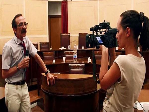 Nhà báo Pino Maniaci say sưa tác nghiệp