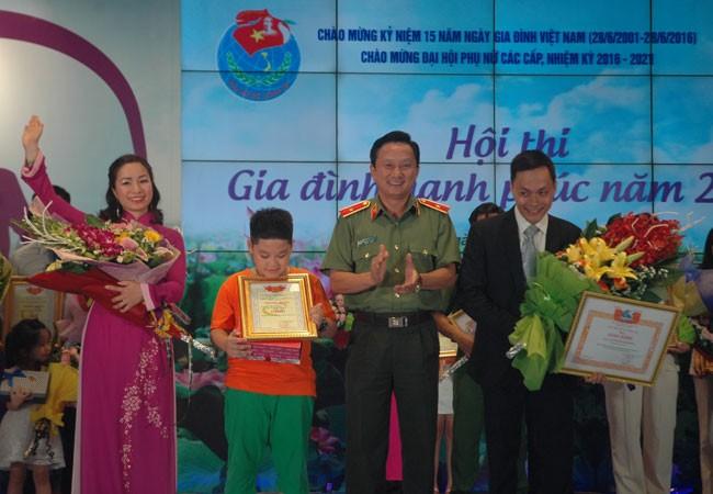 Thiếu tướng Nguyễn Quang Chữ trao phần thưởng cho đội thi đoạt giải Nhất