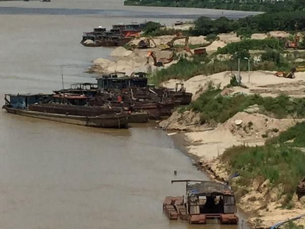 Cát tặc dưới chân cầu Thăng Long