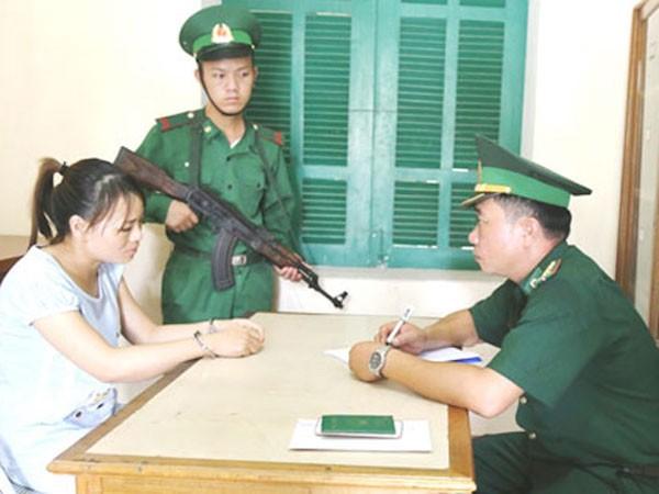 Bộ đội biên phòng ghi lời khai của Nguyệt
