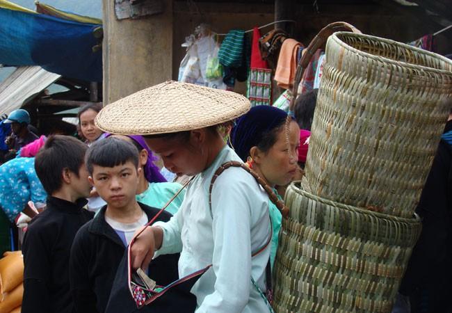 Không chỉ người Mông, bà con dân tộc khác cũng tham gia đông đủ